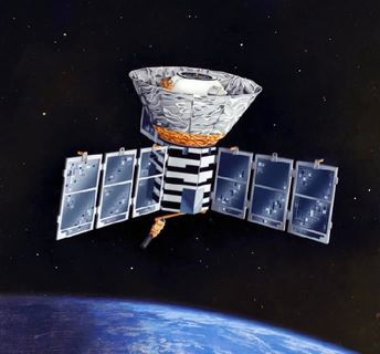 Drawing of a satellite with its dome directed towards space and solar panels in the form of fins on each side of the metal structure, with a starry black night as a backdrop and the planet Earth below